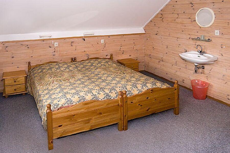 3xSchlafzimmer mit Waschbecken + Schrank