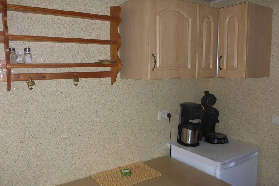 Küchenzeile mit Mikrowelle