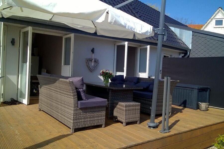 Holzterrasse mit Wind- und Sonnenschutz