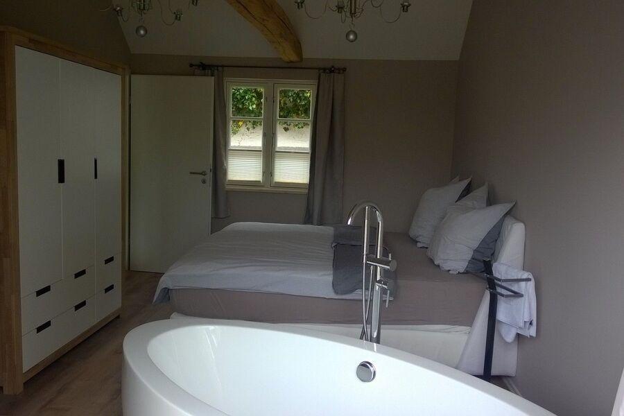 große Schlafzimmer mit Badewanne