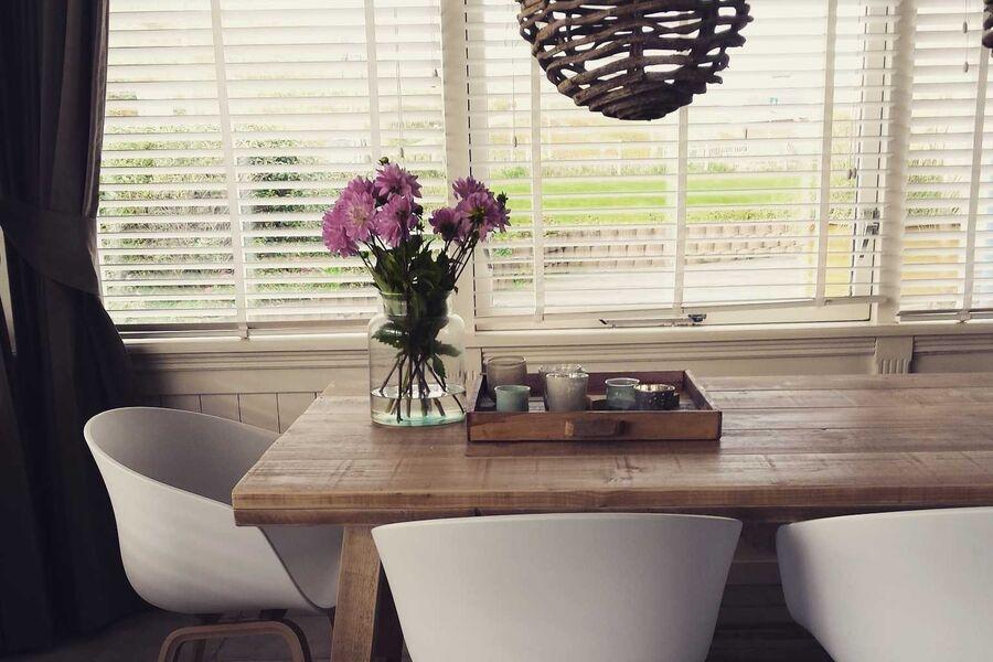 Moderner Wohnzimmer-Küche