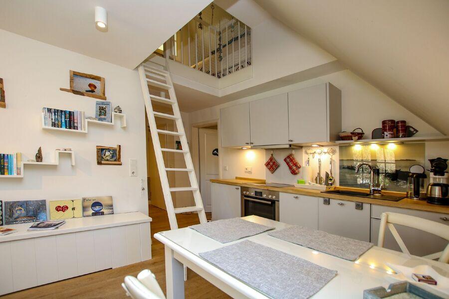 Wohnküche mit Blick in den Spitzgiebel