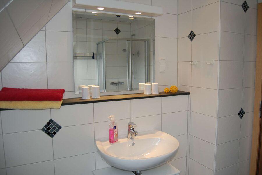 Ein modernes Duschbad
