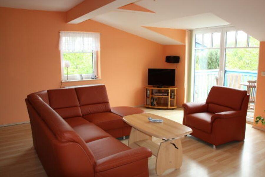 Blick ins Wohnzimmer mit Ledercouch