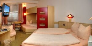 Hotel Restaurant Fallerhof Siegfried Faller, Vierbettzimmer im Haupthaus mit WC und Dusche in Bad Krozingen - kleines Detailbild