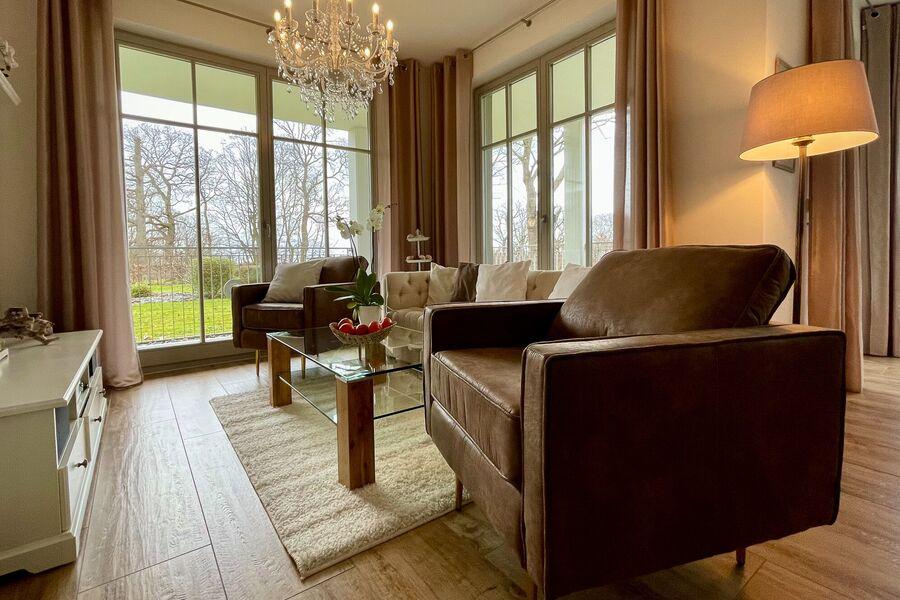 Wohnbereich mit großem Smart-TV