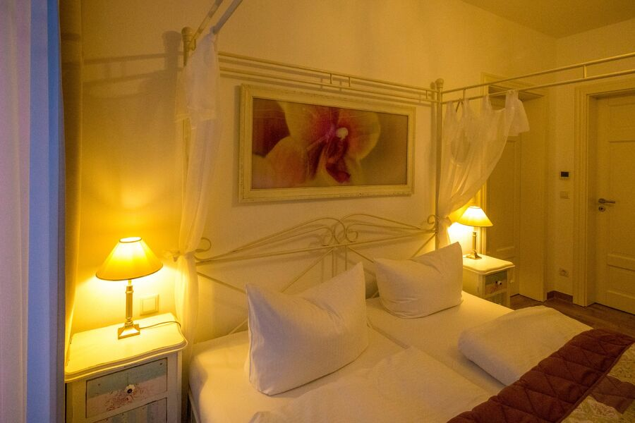 Schlafzimmer I mit Smart-TV und Balkon