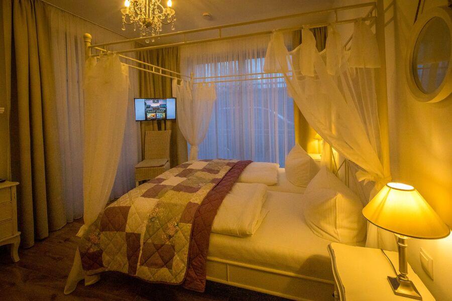 Bad I mit großer Dusche und Badewanne