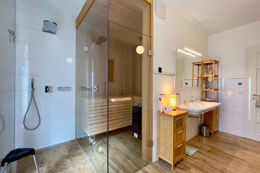 Badewanne und Flat-TV im Bad I