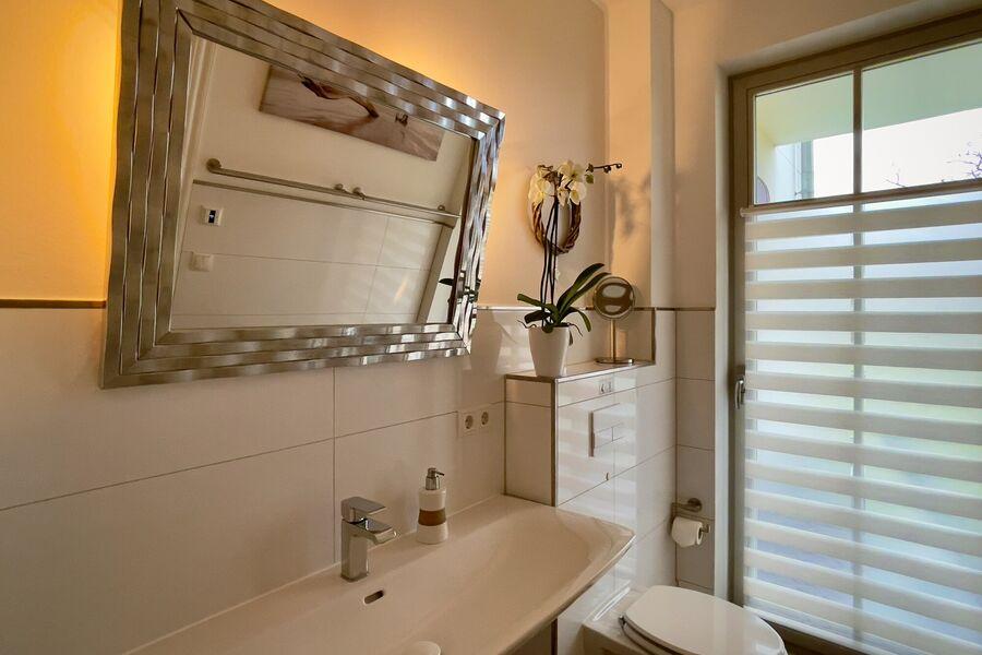 Spiegel mit Ambientlicht im Bad II
