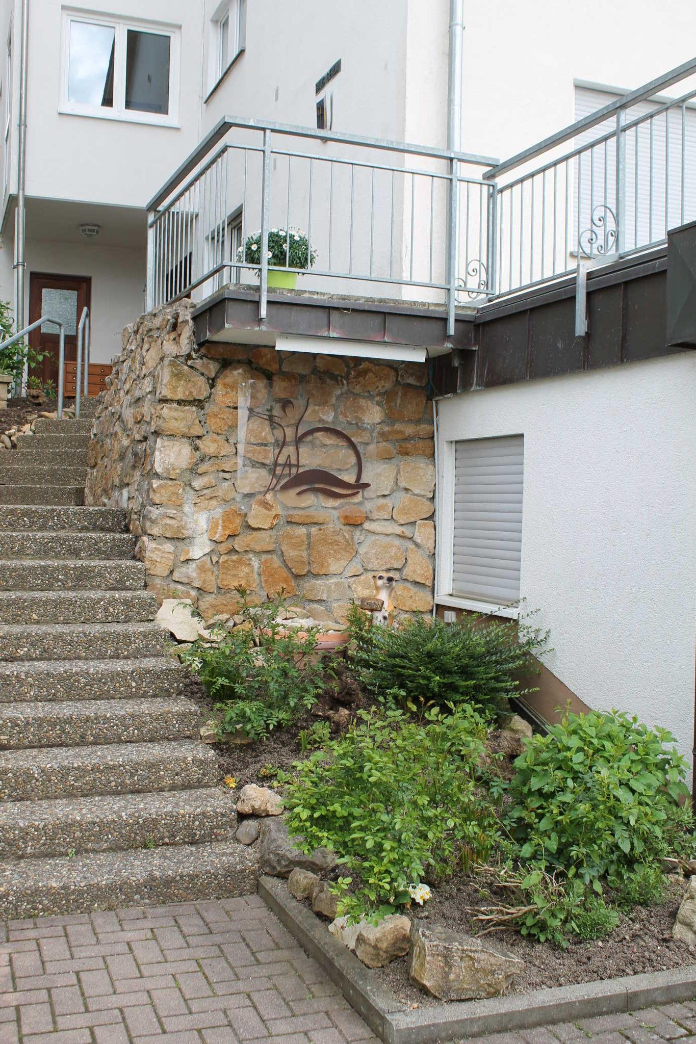Hauseingang/ Aufgang zur Terrasse