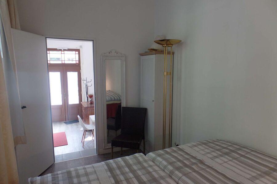 Schlafzimmer und Blick ins Wohnzimmer