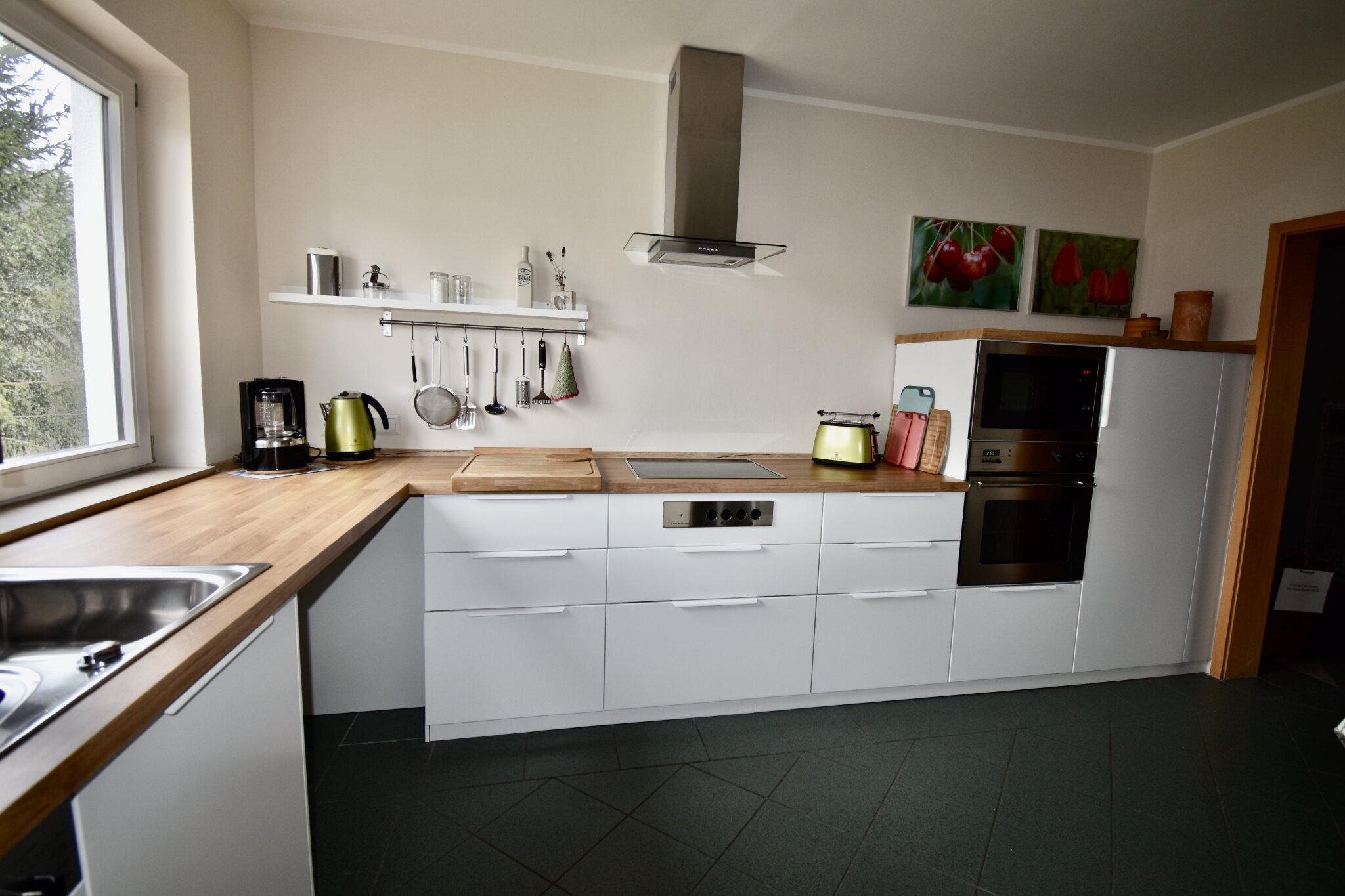 Die Küche vom einem Koch eingerichtet.