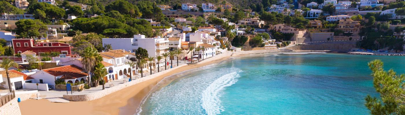 moraira bucht strand spanien