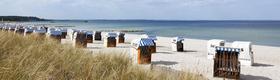 Strandkörbe im Sand - im Hintergrund die Ostsee